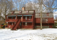 雪中的红房子图片