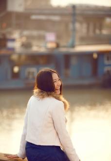 湖边回眸美女图片