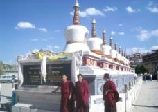 西宁塔尔寺白塔和僧人图片